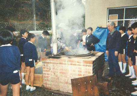 The students look on as the kozo is dyed